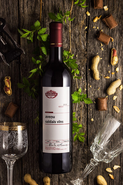 Aveņu pussaldais vīns